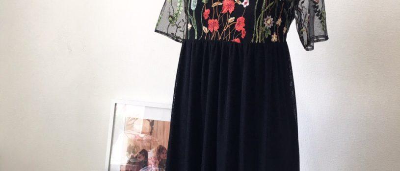 Лаконичное чёрное платье с яркой вышивкой на сетке — идеальный вариант для выпускного вечера  Такое платье точно не будет висеть в шкафу как воспоминание об этом дне, а станет палочкой-выручалочкой для любого случая 🧚️