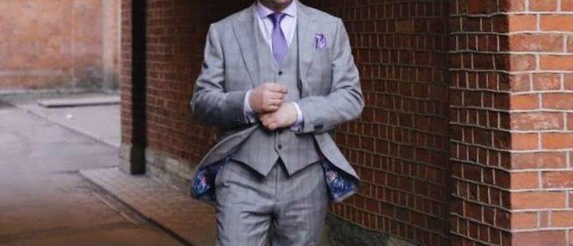 Павел в эффектном костюме-тройке и яркими аксессуарами от ателье Gent`s.