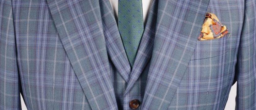 Яркий и лёгкий костюм-тройка с облегчённым вариантом подклада и контрастной петлей на лацкане.